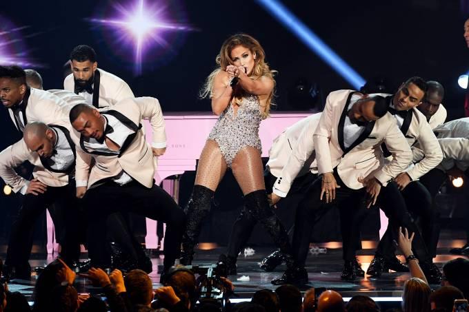 A cantora Jennifer Lopez se apresenta durante cerimônia de premiação do Grammy, realizada em Los Angeles - 10/02/2019 (Kevin Winter/The Recording Academy/Getty Images)